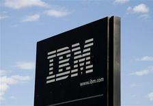 <p>Les résultats du quatrième trimestre d'IBM sont meilleurs que prévu, des réductions de coûts et la signature de contrats plus lucratifs ayant permis au géant informatique américain de résister à la chute des dépenses technologiques des grandes entreprises. /Photo d'archives/REUTERS/Rick Wilking</p>