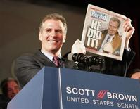 <p>Республиканец Скотт Браун, победивший во вторник на выборах сенатора от штата Массачусетс, держит газету Boston Herald с сообщением о своей победе 19 января 2010 года. Представитель Республиканской партии Скотт Браун во вторник победил на выборах сенатора от штата Массачусетс, лишив демократов решающего 60-го голоса в верхней палате Конгресса. REUTERS/Adam Hunger</p>