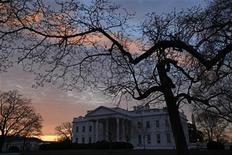 <p>Здание Белого дома США 13 января 2010 года. Белый дом и демократы Конгресса США достигли предварительного соглашения о создании специальной рабочей группы, которая облегчит для законодателей процесс повышения налогов, сокращения расходов и принятия прочих непопулярных мер, необходимых для сокращения дефицита бюджета. REUTERS/Jim Young</p>