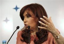 <p>Президент Аргентины Кристина Фернандес выступает на информационной конференции в Монтевидео, Уругвай 8 декабря 2009 года. REUTERS/Pablo La Rosa</p>