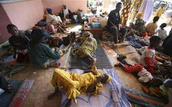 <p>Жители Нигерии, потерявшие дома в результате столкновений на религиозной почве в городе Джос. 30 ноября 2008 года. Столкновения на религиозной почве в нигерийском городе Джос постепенно сходят на нет, хотя стрельба все еще слышна на его окраинах и других районах центрального штата Плато. REUTERS/Akintunde Akinleye (NIGERIA)</p>
