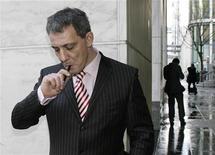<p>Jason Cropper, direttore di The Electronic Cigarette Company, intento a fumare una sigaretta elettronica. Foto d'archivio. REUTERS/Simon Newman</p>