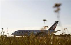 <p>Аэробус A380 авиакомпании Air France KLM на аэродроме недалеко от Гамбурга 30 октября 2009 года. Air France KLM отрицает появившиеся в прессе сообщения о планах авиаперевозчика ввести дополнительную плату для тучных людей, которые не могут уместиться в одном кресле. REUTERS/Christian Charisius</p>