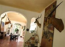 <p>Visitantes caminan dentro de la casa de Ernest Hemingway en Finca Vigía en La Habana, Cuba, 26 mayo 2009. Instituciones culturales de Cuba y Estados Unidos firmaron un acuerdo de cooperación para conservar miles de documentos, fotografías y libros del escritor Ernest Hemingway, que vivió en la isla durante más de 20 años, dijo el miércoles la prensa local. Hemingway, quien ganó el premio Nobel de Literatura en 1954, vivió en la pintoresca Finca Vigía, una mansión en las afueras de La Habana convertida en museo donde aún queda gran parte de su obra, desde libros y manuscritos hasta trofeos de caza. REUTERS/Enrique De La Osa/Archivo</p>