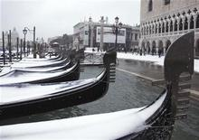 <p>Snow covers gondolas in the canal city of Venice December 19, 2009. REUTERS/Manuel Silvestri</p>