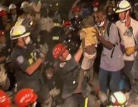 <p>Un piccolo haitiano sopravvissuto al terremoto viene estratto dalle macerie dopo una settimana. REUTERS/Ben Barkay via Reuters TV</p>