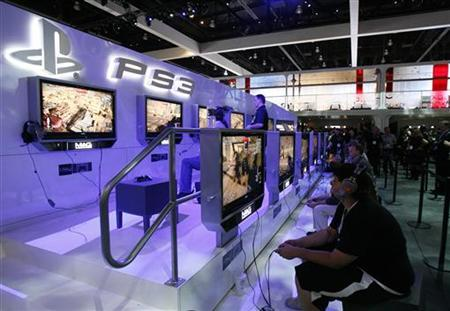 Visitors play the Sony video game MAG for PlayStation 3 during the Electronic Entertainment Expo or E3 in Los Angeles June 2, 2009 file photo. REUTERS/Mario Anzuoni