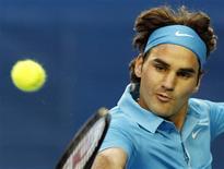 <p>Roger Federer rebate uma jogada de Victor Hanescu durante jogo do Aberto da Austália em Melbourne. Federer garantiu vaga na terceira fase do Grand Slam com uma vitória por 6-2, 6-3 e 6-2 sobre o romeno. REUTERS/David Gray 21/01/2010</p>