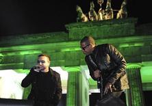 """<p>El cantante irlandés Bono de U2 y el rapero estadounidense Jay-Z cantan juntos en un concierto en Berlín como parte de los premios MTV Europa, 5 nov 2009. Un show televisivo a beneficio de Haití en el que aparecerán decenas de estrellas y el cantante de U2, Bono, y el rapero Jay-Z actuarán junto, será la teletón con mayor distribución global con el fin de llegar a los televidentes de todo el mundo, dijo el miércoles MTV. George Clooney, el actor que organizó el evento, conducirá el programa de dos horas """"Hope for Haiti Now"""" que comenzará a las 0100 GMT del sábado, buscando recaudar fondos para el país caribeño asolado por el violento terremoto del 12 de enero. REUTERS/Pool</p>"""