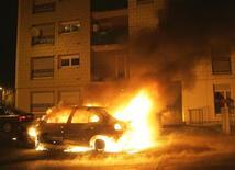 <p>Машина горит недалеко от Страсбурга 31 декабря 2008 года. Группа молодых людей в среду вечером устроила беспорядки в городке Вуаппи на востоке Франции, вступив в столкновения с полицией и поджигая автомобили, после того как один из местных подростков погиб, пытаясь скрыться на скутере от полицейских. REUTERS/Jean Marc Loos</p>