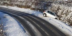<p>An abandoned car is seen in a ditch in Princes Risborough, southern England in this January 9, 2010 file photo. REUTERS/ Eddie Keogh</p>