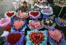 """<p>Un vendedor arregla un ramo de rosas en forma de corazón en un mercado en Kunming, China, 13 feb 2009. El Gobierno central de China tiene una página electrónica de citas para ayudar a miles de personas ajetreadas y solitarias a encontrar el amor desde su lugar de trabajo. """"¿Está usted soltero y amargado?"""", pregunta la página web diseñada en rosado (www.ywqq.gov.cn). No busque más. La página oficial del Gobierno llamada """"Puente de las Urracas"""", que muestra a un hombre y una mujer observándose desde dos esquinas de una cabaña, se denomina a sí misma """"la plataforma más confiable para encontrar pareja"""". REUTERS/Stringer/Archivo</p>"""