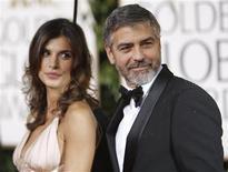 """<p>O ator George Clooney do filme """"Amor sem Escalas"""" comparece à premiação dos Globos de Ouro com sua namorada Elisabetta Canalis em Beverly Hills, Califórnia. O filme estreia em circuito nacional nesta sexta-feira. REUTERS/ Mario Anzuoni 17/01/2010</p>"""