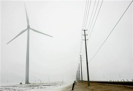 A view of a wind turbine (L) as it spins at the Melancthon I Wind Farm, the first of several commercial sized wind farm projects in the province of Ontario, in Shelburne, approximately 125 km (77 miles) north of Toronto March 9, 2006. REUTERS/J.P. Moczulski
