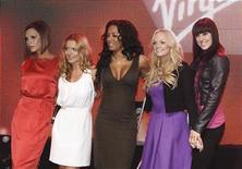 <p>Foto de archivo. De izquierda a derecha: Victoria Beckham, Geri Halliwell, Mel B, Emma Bunton y Mel C del grupo Spice Girls durante el lanzamiento del nuevo terminal de la compañía Virgin Atlantic en el aeropuerto de Heathrow en Londres, dic 13 2007. La banda femenina británica Spice Girls intentará conquistar nuevamente el mundo con un musical basado en sus exitosas canciones. REUTERS/Anthony Harvey</p>