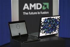 <p>Foto de archivo de un ordenador portátil Pavilion dv2 de Hewlett-Packard Pavilion dv2 junto a una plataforma Yukon de AMD en la Feria de Consumo Electrónico de Las Vegas, EEUU, ene 8 2009. Advanced Micro Devices Inc (AMD) reportó el jueves más ingresos de los esperados, pero dijo que las ventas caerán en el primer trimestre del 2010, lo que provocaba una caída de sus acciones de un 3,2 por ciento en las operaciones electrónicas. REUTERS/Steve Marcus</p>