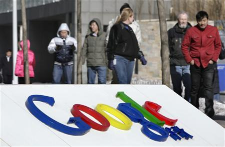 People walk past a logo of Google China in front of its headquarters in Beijing January 22, 2010. REUTERS/Jason Lee