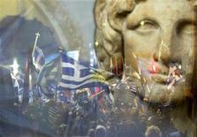 """<p>Греки размахивают национальными флагами позади огромного баннера с изображением Александра Македонского во время шествия в Салониках 5 марта 2008 года. GОрганизаторы выставки """"Похищенный в Израиле антиквариат"""" вряд ли могли придумать более подходящее название для экспозиции. REUTERS/Grigoris Siamidis</p>"""