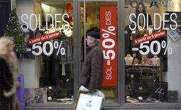 <p>Покупатели проходят мимо магазина одежды во время зимней распродажи, Париж 5 января 2010 года. Каждый четвертый россиянин называет себя фанатом распродаж в магазинах, несмотря на то, что большинство граждан считают сезонные скидки обманом. REUTERS/John Schults</p>