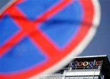 <p>El logo de Google en el techo de la sede compañía en Pekín, ene 22 2010. China respondió el viernes a las críticas de censura y piratería vertidas por Estados Unidos el viernes, advirtiendo que las relaciones entre las dos potencias mundiales están resintiéndose por una desavenencia centrada en el gigante de internet Google. REUTERS/Jason Lee</p>