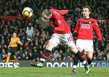 <p>Rooney, do Manchester United, marca seu terceiro gol contra o Hull City durante partida pelo campeonato inglês. O atual campeão Manchester United voltou à liderança do Campeonato Inglês pela primeira vez desde outubro, depois de um desempenho assombroso de Wayne Rooney, que marcou os quatro gols da vitória por 4 x 0 sobre o Hull City neste sábado.23/01/2010.REUTERS/Darren Staples</p>