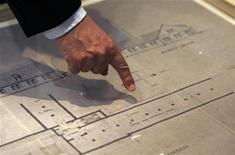 """<p>Avner Shalev, presidente del memoriale israeliano dell'Olocausto Yad Vashem, mostra una mappa di un crematorio di Auschwitz-Birkenau. Domani apre i battenti la mostra intitolata """"Architecture of Murder: The Auschwitz-Birkenau Blueprints"""". REUTERS/Ronen Zvulun</p>"""