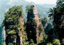 """<p>Национальный лесной парк Чжанцзяцзе в провинции Хунань на юге Китая 10 мая 2004 года. Вершина на юге Китая была переименована в честь парящих гор из блокбастера Джеймса Кэмерона """"Аватар"""", таким образом провинция Хунань надеется заработать на успехе фильма. REUTERS/China Daily</p>"""