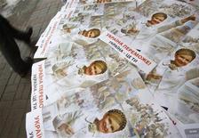 <p>Человек проходит мимо палатки сторонников премьер-министра и кандидата в президенты Украины Юлии Тимошенко. 12 января 2010 года. Украинские власти и оппозиция обвинили друг друга в попытке захвата типографии, которая будет печатать бюллетени ко второму туру президентских выборов 7 февраля. REUTERS/Gleb Garanich</p>