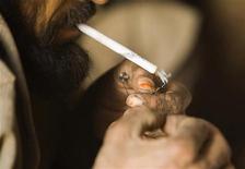 <p>Афганец курит героин в пещере на юге города Герат, Афганистан. 2 ноября 2009 года. Афганские наркобароны начинают рассматривать Иран в качестве ключевого транзитера наркотиков в Европу, что может уменьшить поток опиатов через традиционные пути - страны Центральной Азии, включая Таджикистан, сказал в интервью Рейтер глава таджикского Агентства по контролю за наркотиками (АКН) Рустам Назаров. REUTERS/Morteza Nikoubazl</p>
