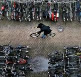<p>Con o sin recesión, los holandeses aficionados al ciclismo siguen gastando mucho dinero en sus bicicletas: casi 1.000 millones de euros anuales. El año pasado se vendieron en Holanda alrededor de 1,3 millones de bicicletas, con un precio promedio de 713 euros cada una, según anunció el lunes una asociación de la industria. Eso llevó a un beneficio total de 950 millones de euros al año, un 4 por ciento más que en el 2008, dijo el RAI Vereniging. El precio por bicicleta también subió un 3,5 por ciento. REUTERS/Koen van Weel/Archivo</p>