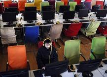 <p>Cliente usa computador em um café com acesso à Internet em Changzhi, província de Shanxi. A China ampliou seu ataque às críticas dos Estados Unidos contra a censura da Internet, intensificando uma disputa que colocou o Google no meio de uma desavença política. REUTERS/Stringer 25/01/2010</p>