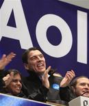 <p>Foto de archivo del director ejecutivo de la empresa de internet AOL, Tim Armstrong (al centro en la imagen), junto a representantes de la compañía en la Bolsa de Comercio de Nueva York, dic 10 2009. La empresa de internet AOL anunció el lunes la compra de la firma de producción de vídeo StudioNow por 36,5 millones de dólares, en efectivo y acciones, expandiendo su catálogo de tecnología para crear programación original para internet. REUTERS/Brendan McDermid</p>