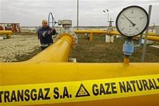 <p>Инженер Transgaz проверяет датчики давления на газораспределительной станции недалеко от Бухареста 6 января 2009 года. Румыния объявила о чрезвычайном положении в энергетической системе в понедельник из-за трескучих морозов, поразивших страну на выходных. REUTERS/Bogdan Cristel</p>