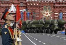 <p>МБР Тополь-М в День Победы во время военного парада на Красной площади в Москве 9 мая 2008 года. AПереговоры о новом договоре о сокращении наступательных вооружений (СНВ) между Россией и Соединенными Штатами возобновятся на будущей неделе в Женеве, сообщили в понедельник американские дипломаты. REUTERS/Grigory Dukor</p>