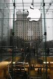 <p>Clientes são vistos na loja da Apple em Nova York. A Apple registrou ganhos trimestrais expressivos com o recorde das vendas de iPhones e computadores Macintosh. O lucro líquido e a receita trimestrais atingiram um nível melhor que o esperado.25/01/2010.REUTERS/Brendan McDermid</p>