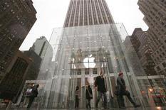 <p>Clientes são vistos do lado de fora da loja da Apple em Nova York. A International Trade Commission (ITC) dos Estados Unidos decidiu na segunda-feira iniciar uma investigação para determinar se a Apple viola patentes da Nokia, de acordo com anúncio na página de Web do grupo.25/01/2010.REUTERS/Brendan McDermid</p>