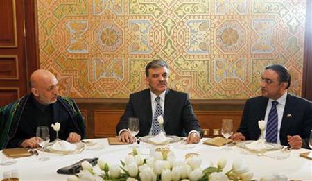 Turkey's President Abdullah Gul (C), Afghanistan's President Hamid Karzai (L) and Pakistan's President Asif Ali Zardari attend a dinner in Istanbul, January 24, 2010. REUTERS/Osman Orsal