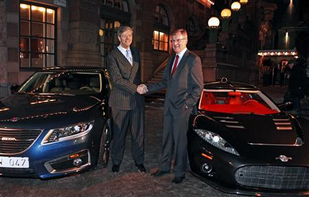 Spyker Chief Executive Victor Muller (L) shakes hands with Saab CEO Jan-Aake Jonsson after they announced that Spyker would buy Saab from General Motors in a deal worth $400 million in Stockholm, January 26, 2010. REUTERS/Bob Strong