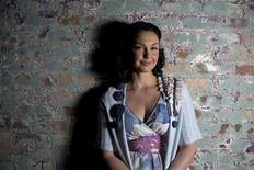 """<p>Foto de archivo de la actriz Ashley Judd durante la promoción de la película """"Helen"""", en el Festival de Cine de Sundance en Park City, EEUU, ene 17 2009. La actriz Ashley Judd está escribiendo su primer libro, en el que detalla cómo las dolorosas experiencias de su niñez la llevaron a trabajar en la defensa de mujeres abandonadas y niños en países pobres, dijo el martes su editor. REUTERS/Ramin Rahimian</p>"""