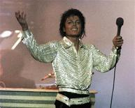"""<p>Foto de archivo del cantante Michael Jackson durante su gira """"Victory"""" por Toronto, Canadá, oct 5 1984. Los tributos a Michael Jackson que fueron emitidos el año pasado por la cadena TV Guide tras el deceso del artista contenían obras sin autorizar del cantante, acusó el martes Sony Music Entertainment en una demanda. REUTERS/Gary Hershorn/Files</p>"""