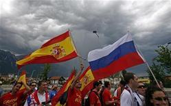 <p>Российские и испанские футбольные болельщики идут на стадион в Инсбруке, неся флаги своих стран. 10 июня 2008 года. Сборная России по мини-футболу проиграла в 1/4 финала чемпионата Европы фавориту турнира Испании в серии послематчевых пенальти. REUTERS/Petr Josek</p>