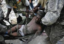 <p>Американские военные вытащили 35-летнего Рико Дибривелла из под обломков разрушенного здания в Порт-о-Пренс 26 января 2010 года. Американским военным удалось найти выжившего под завалами в разрушенной подземными толчками столице Гаити - 31-летний мужчина со сломанной ногой и сильным обезвоживанием был вызволен в понедельник вечером - спустя две недели после землетрясения. REUTERS/Eduardo Munoz</p>