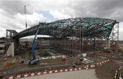 <p>Foto arquivo mostra trabalhadores continuando a construção do Centro Aquático Olímpico na Vila Olímpica de Londres. Os Jogos Olímpicos de 2012, deverão ter estádios e instalações lotados apesar da crise econômica internacional. REUTERS/Stephen Hird</p>