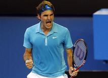<p>O suiço Roger Federer comemora após derrotar o russo Nikolay Davydenko nas quartas-de-final no Aberto da Austrália. Roger Federer e Serena Williams precisaram lutar muito na quarta-feira para se manter vivos no Aberto da Austrália. REUTERS/Tim Wimborne 27/01/2010</p>