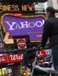 <p>Una mujer camina frente a un anuncio de Yahoo en Nueva York, el 25 de enero del 2010. Yahoo dijo el martes que ganó 0,11 dólares por acción con ingresos por 1.730 millones de dólares. REUTERS/Brendan McDermid</p>