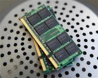 <p>Elpida Memory publie son premier bénéfice net en neuf trimestres, à la faveur d'un bon des prix des mémoires DRAM. /Photo prise le 6 novembre 2009/REUTERS/Nicky Loh</p>