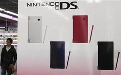 <p>Nintendo annonce une chute de 41% de son bénéfice sur une période de neuf mois en raison du ralentissement des ventes de sa console portable DS et d'une réduction de 20% du prix de la console de salon Wii au second semestre 2009. /Photo prise le 5 janvier 2010/REUTERS/Toru Hanai</p>