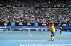 <p>Американка Серена Уильямс совершает подачу в матче против китаянки Ли На на открытом чемпионате Австралии в Мельбурне 28 января 2010 года. В финале открытого чемпионата Австралии по теннису встретятся американка Серена Уильямс и бельгийка Жюстин Энен. REUTERS/Paul Crock/Pool</p>