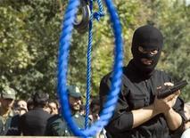 <p>Иранский полицейские ждет осужденных на смерть преступников у петли в Тегеране 2 августа 2007 года. Иранские власти в четверг казнили двух оппозиционеров, которые принимали участие в митингах протеста против итогов президентских выборов в июне прошлого года, сообщило информационное агентство ISNA. REUTERS/Raheb Homavandi</p>