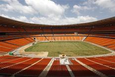 <p>Foto mostra vista do estádio Soccer City em Johanesburgo que será usado para a Copa do Mundo na África do Sul. Os organizadores do campeonato disseram estar satisfeitos com a venda de entradas para o evento que começa em junho e criticaram a imprensa estrangeira, que afirma que a violência na África do Sul pode afugentar torcedores. REUTERS/Mike Hutchings 12/09/2009</p>